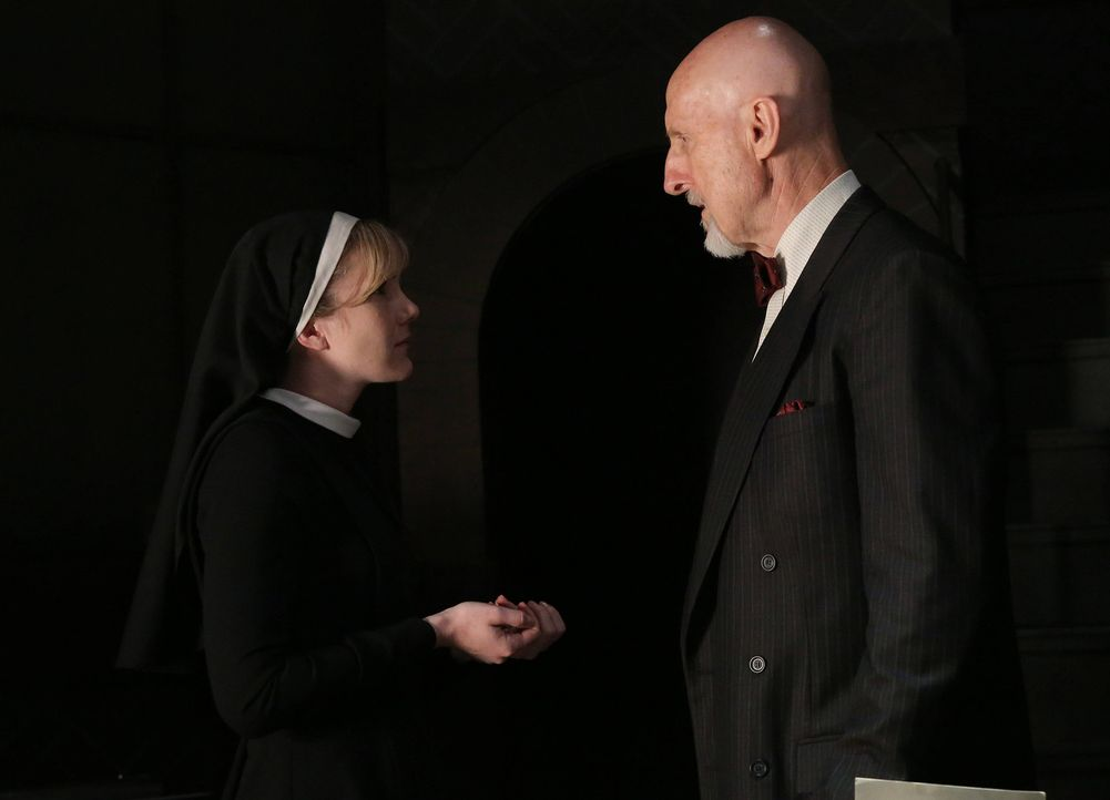 Jahr 1964: Durch Zufall bekommt Schwester Mary Eunice McKee (Lily Rabe, l.) mit, dass Schwester Jude Martin den Dr. Arthur Ardens (James Cromwell, r... - Bildquelle: 2012-2013 Twentieth Century Fox Film Corporation. All rights reserved.
