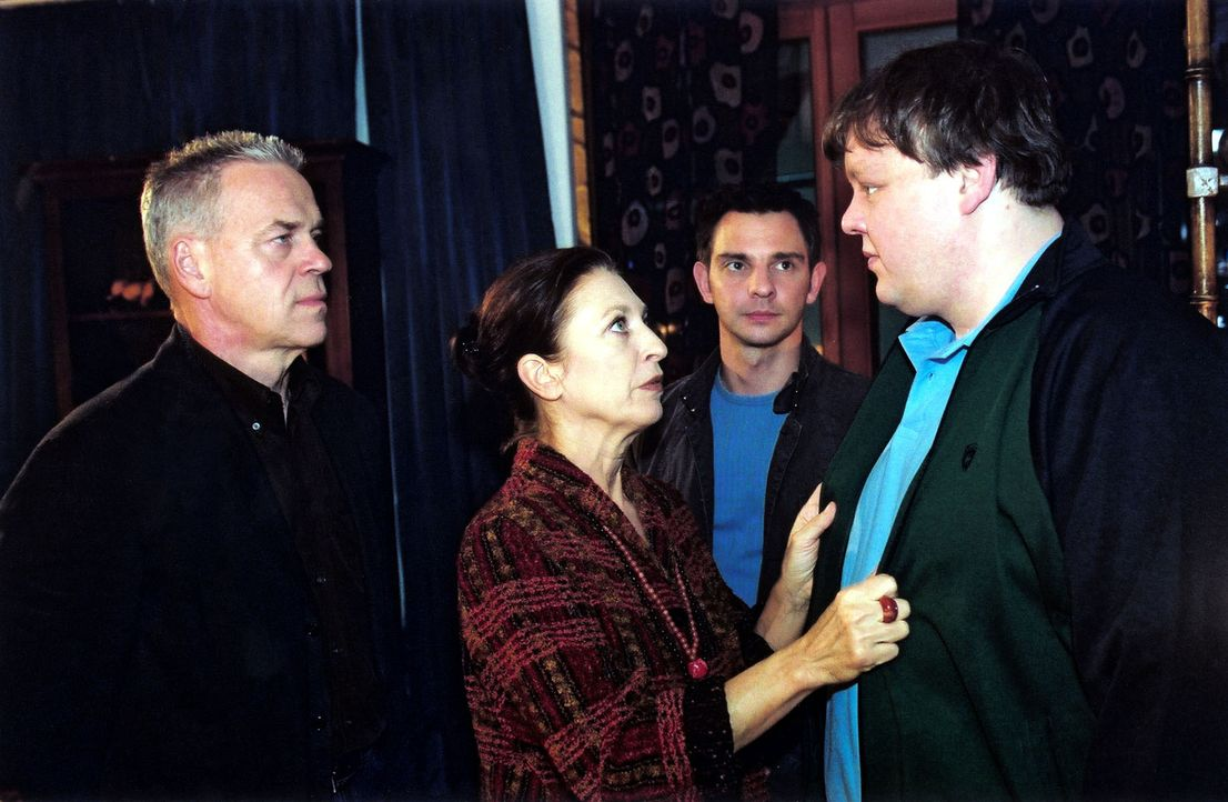 Im Beisein seiner Mutter (Daniela Ziegler, 2.v.l.) wird Peter Lindner (Sven Pippig, r.) von Kommissar Wolff (Jürgen Heinrich, l.) und Tom (Steven Merting, 2.v.r.) zu dem Mord an Claudia Horn befragt.