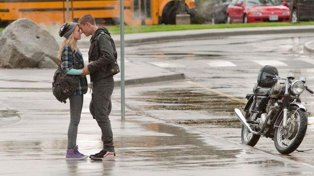 Nach der Schule trifft sich Lux (Brittany Robertson, l.) mit ihrem Freund Bug...