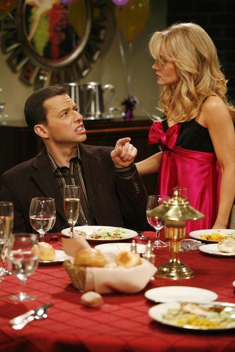 Die Party, die Melissa (Kelly Stables, r.) für Alan (Jon Cryer, l.) zum Geburtstag arrangiert hat, endet völlig anderes als geplant ... - Bildquelle: Warner Brothers Entertainment Inc.