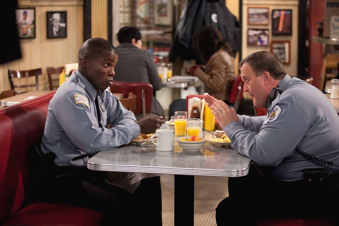 Gute Freunde: Mike (Billy Gardell, r.) und Carl (Reno Wilson, l.) ... - Bildquelle: Warner Brothers