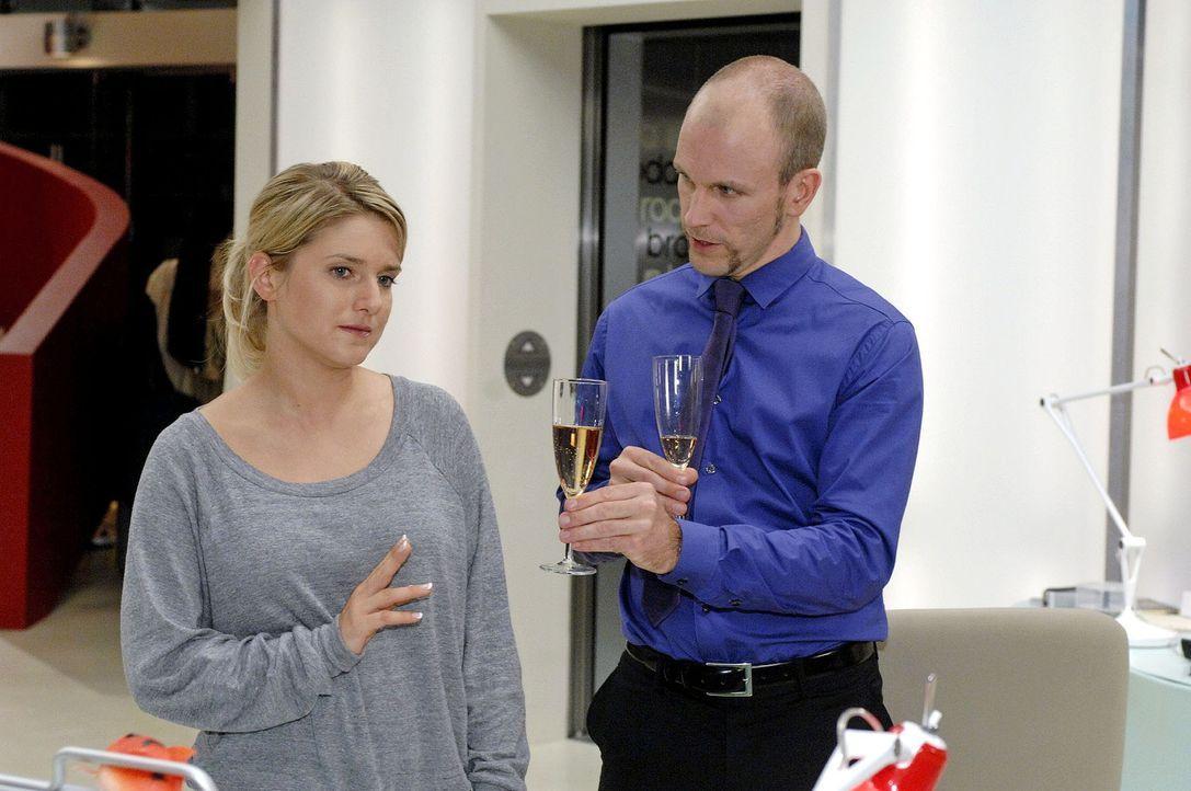 Anna (Jeanette Biedermann, l.) lehnt Gerrits (Lars Löllmann, r.) Trunk auf seinen Sieg ab. - Bildquelle: Oliver Ziebe Sat.1