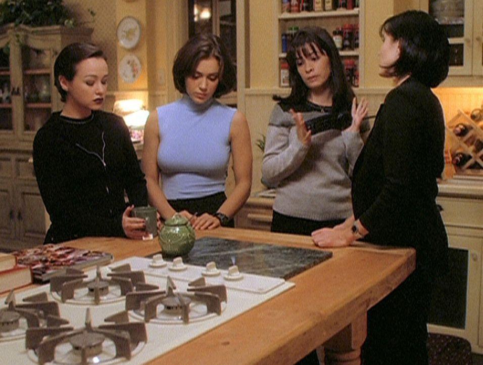 Aviva (Danielle Harris, l.) hat sich bei Phoebe (Alyssa Milano, 2.v.l.), Piper (Holly Marie Combs, 2.v.r.) und Prue (Shannen Doherty, r.) als Hexe g... - Bildquelle: Paramount Pictures