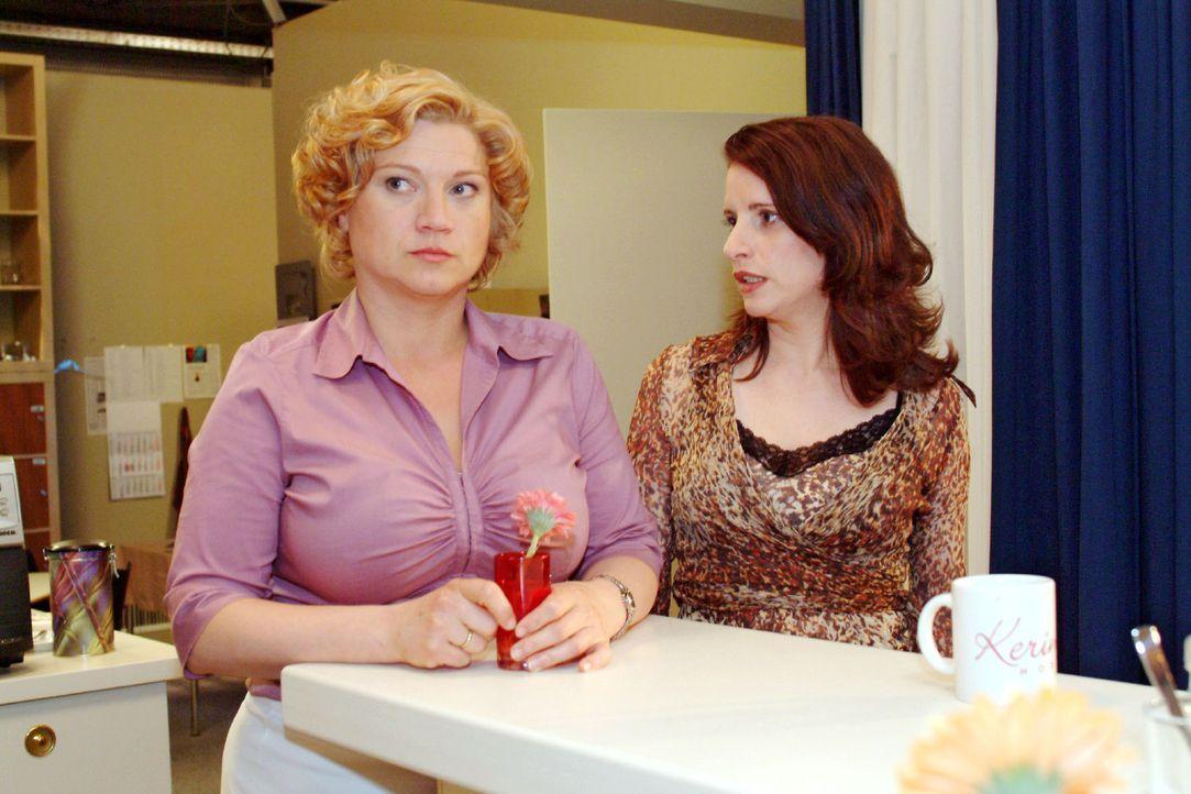 Agnes (Susanne Szell, l.) ist verletzt, als Inka (Stefanie Höner, r.) sie auslacht, dass sie glaubt, dass ein Mann wie Thomas sich in sie verlieben... - Bildquelle: Monika Schürle Sat.1