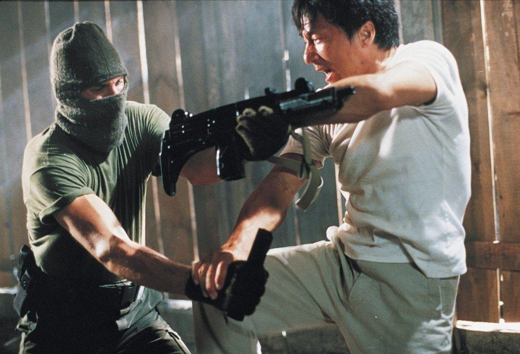 Eines Tages gelingt es dem Verkäufer Buck Yuen (Jackie Chan) zwei Ganoven, die einen Juwelierladen ausrauben wollten, zu stellen und der Polizei zu... - Bildquelle: Miramax Films