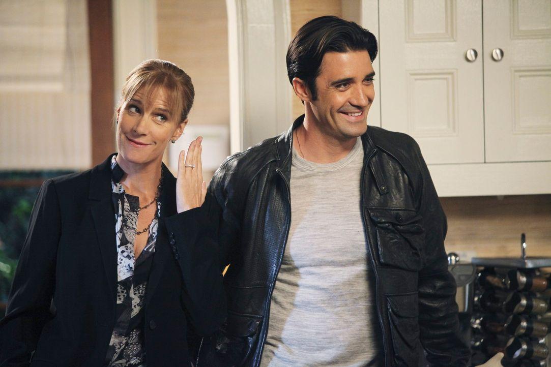 Stolz präsentiert Sarah (Rachel Griffiths, l.) den Verlobungsring, den sie von Luc (Gilles Marini, r.) bekommen hat ... - Bildquelle: 2010 American Broadcasting Companies, Inc. All rights reserved.