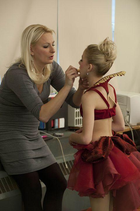 Solange Maddie sich nicht wieder gefasst hat, liegt die Verantwortung auf Chloes (r.) Schultern. Kann Christi (l.) ihrer Tochter ein wenig Last abne... - Bildquelle: Barbara Nitke 2012 A+E Networks