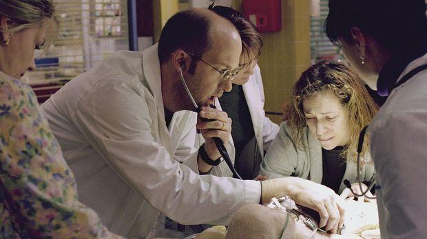 Ella, die neun Monate alte Tochter von Dr. Greene (Anthony Edwards, 2.v.l.) u...