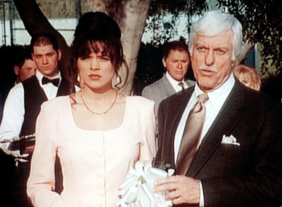 Dr. Sloan (Dick Van Dyke, r.) entlarvt den Mörder auf einer Cocktailparty. - Bildquelle: Viacom
