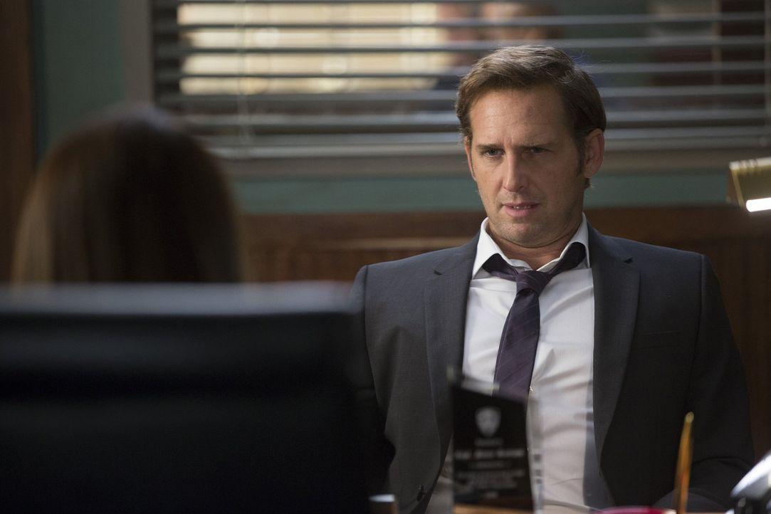 Ein wieder genesener Jake (Josh Lucas) ist zurück im Polizeirevier, doch seine Vertretung, Captain Nancy Santiani, ist nicht bereit, ihren Posten so... - Bildquelle: 2015 Warner Bros. Entertainment, Inc.
