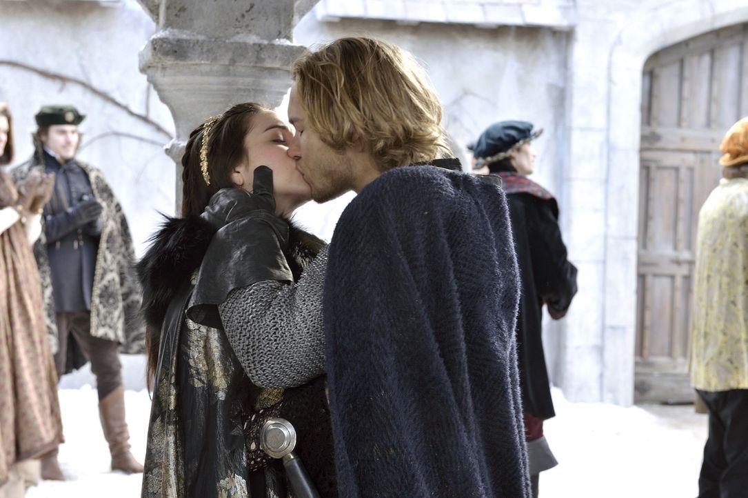 Glücklich, sich nach den Kämpfen endlich wieder in die Arme schließen zu können: Thronfolger Francis (Toby Regbo, r.) und Mary (Adelaide Kane, l.) .... - Bildquelle: 2013 The CW Network, LLC. All rights reserved.