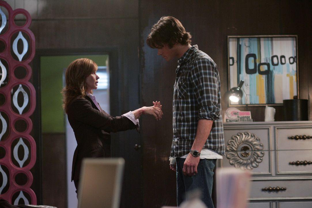 Diana Ballard (Linda Blair, l.) ist völlig fertig: Sie bemerkt, dass sie die selben Blutergüsse auf ihrem Handgelenk hat, wie das Mordopfer. Sofort sucht sie Sam (Jared Padalecki, r.) auf ...