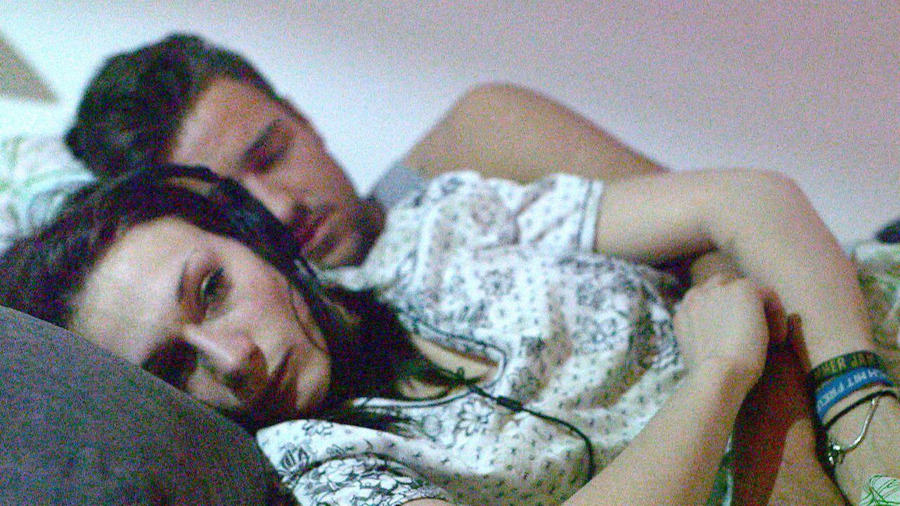 Obwohl Juris (r.) Entschuldigungsessen ein Fiasko wird, verzeiht Antonia (l.) ihm, dass er sie hat hängen lassen ... - Bildquelle: SAT.1