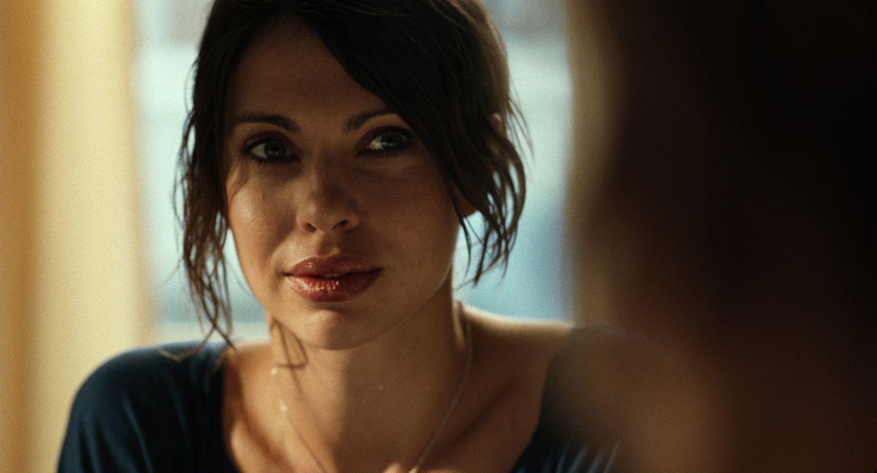 Nach seinem schweren Unfall hilft Nika (Jana Pallaske) Marc dabei, einen Neuanfang zu machen ... - Bildquelle: Warner Brothers