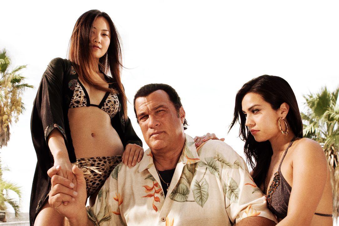 Der eiskalte Gangsterboss Torrez (Steven Seagal, M.) spielt ein blutiges Spiel ... - Bildquelle: 2010 Machete's Chop Shop, Inc. All Rights Reserved.