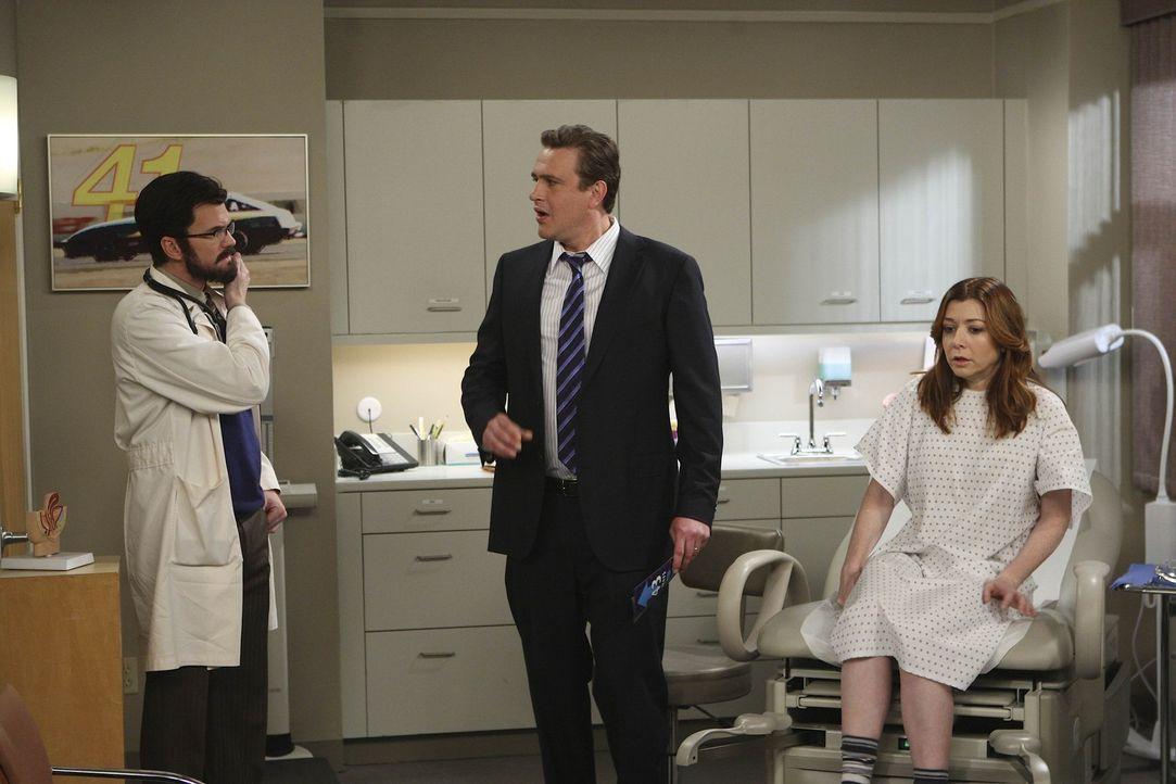 Erst nachdem sich Lily (Alyson Hannigan, r.) und Marshall (Jason Segel, M.) überzeugt haben, dass es sich bei Dr. Stangel (Neil Patrick Harris, l.)... - Bildquelle: 20th Century Fox International Television