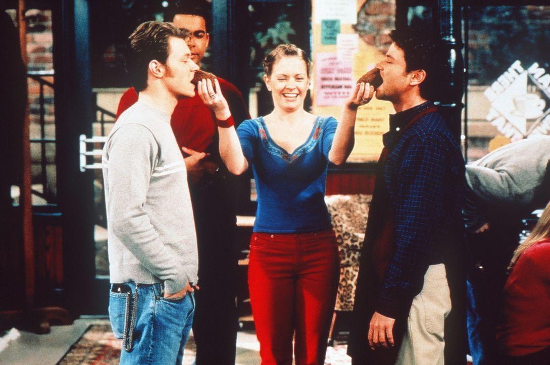 Sabrina (Melissa Joan Hart, M.) beendet das Streitgespräch zwischen Harvey (Nate Richert, l.) und Josh (David Lascher, r.) auf ihre Art. - Bildquelle: Paramount Pictures