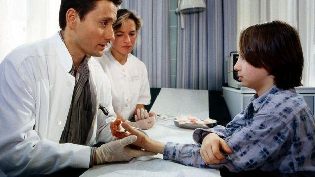 Hallo, Onkel Doc! - Dr. Kampmann (Ulrich Reinthaller, l.) hat die Schnittwund...