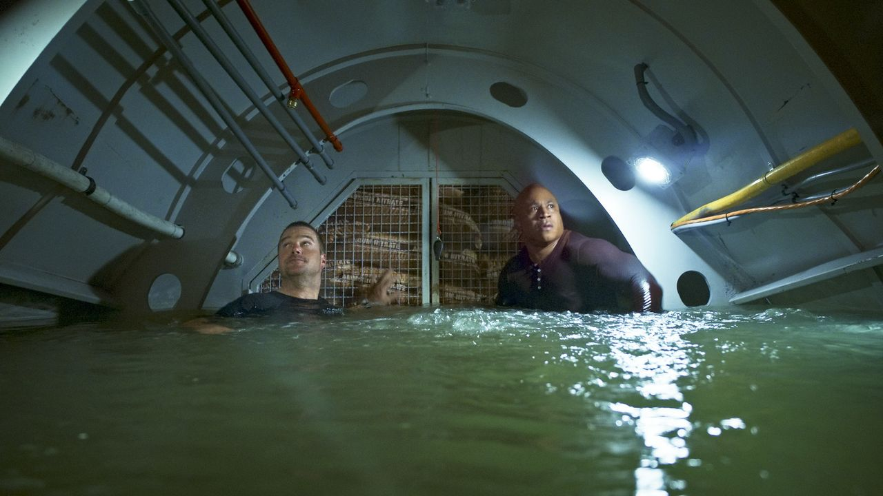 Wird es Sam (LL Cool J, r.) und Callen (Chris O'Donnell, l.) gelingen, das U-Boot verlassen zu können, bevor es von einem Torpedo der Navy zerstört... - Bildquelle: 2014 CBS Broadcasting, Inc. All Rights Reserved.
