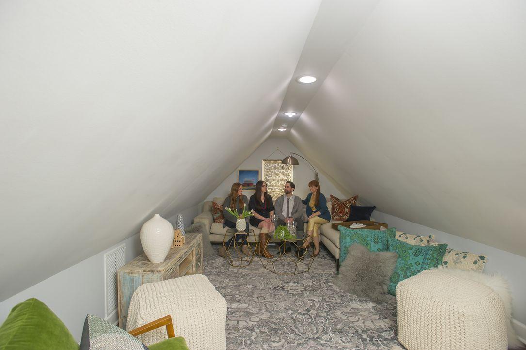 Wie kommt der extra Raum im Dachgeschoss bei der Besichtigung an? Mina (l.) und Karen (r.) sind gespannt ... - Bildquelle: Mary Ann Carter 2017,HGTV/Scripps Networks, LLC. All Rights Reserved