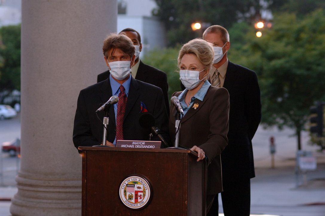 Können die Gefahr nicht mehr herunterspielen: der Bürgermeister von L.A., Richard Dellasandro (Eric Roberts, l.), und die Gouverneurin von Kaliforni... - Bildquelle: 2006 RHI Entertainment Distribution, LLC