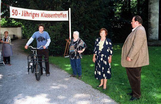 Der Bulle von Tölz: Klassentreffen - Resi Berghammer (Ruth Drexel, M.) feiert...