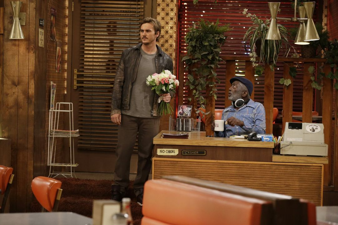 Bei Earl (Garrett Morris, r.) kann Owen (Steve Talley, l.) schon mal punkten, doch Max weiß nicht so recht was sie mit ihrem neuen Freund anfangen s... - Bildquelle: Warner Brothers