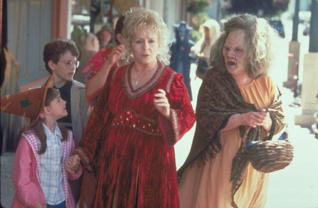 Auch dieses Jahr dürfen Marnie, Dylan (Joey Zimmerman, 2.v.l.) und Sophie (Emily Roeske, l.) wieder einmal nicht mit Großmutter Aggie (Debbie Reyn... - Bildquelle: Disney