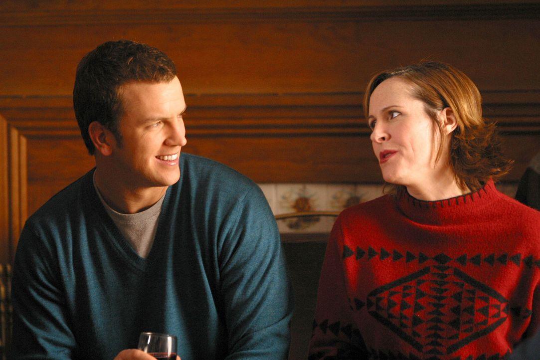 Mike Burton (Josh Randall, l.) will sich mit Nancy endlich mal ein gemeinsames Wochenende in einer schön gelegenen Pension gönnen. Die hyperaktive... - Bildquelle: Paramount