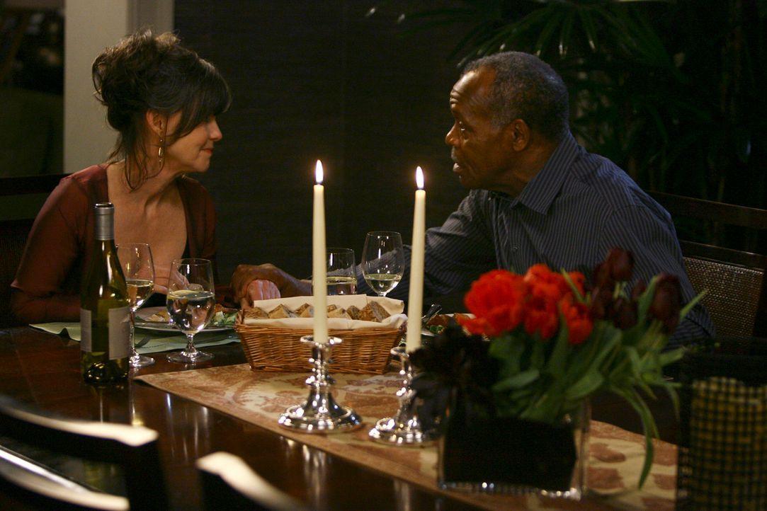 Gönnen sich einen ruhigen Abend in trauter Zweisamkeit: Isaac (Danny Glover, r.) und Nora (Sally Field, l.) - Bildquelle: Disney - ABC International Television
