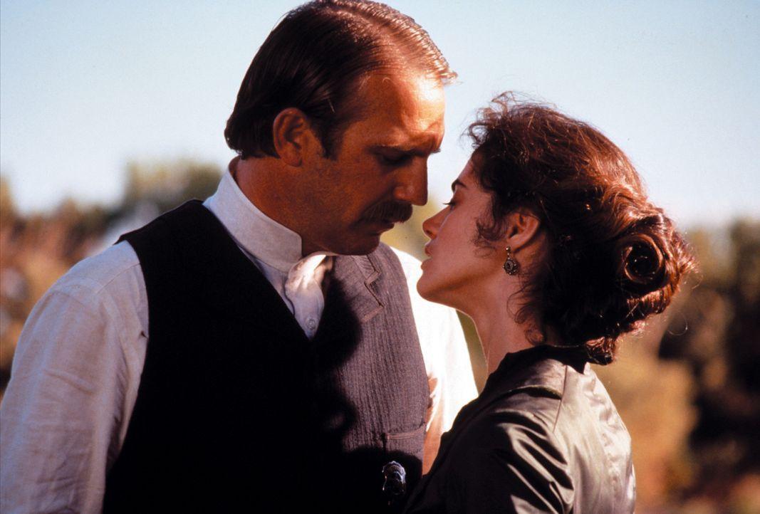 Hat ihre Liebe eine Chance? Wyatt (Kevin Costner, l.) und Josie (Joanna Going, r.) - Bildquelle: Warner Bros.