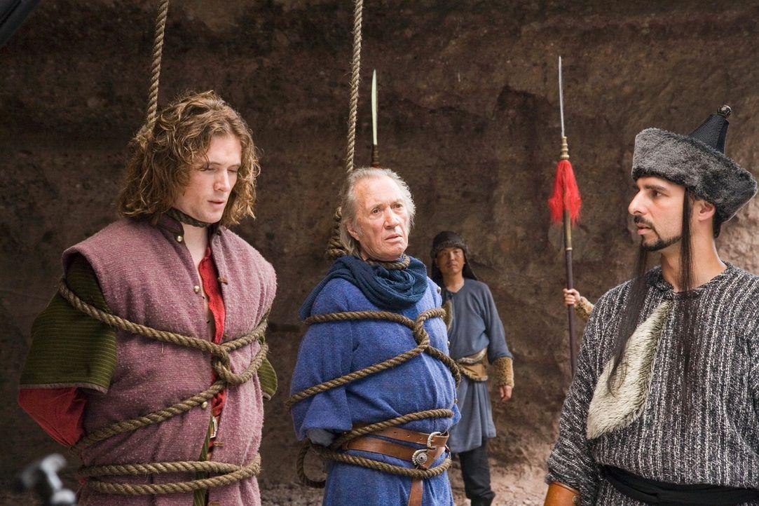 Im Auftrag des Prinzen des Norden nimmt der Kommandant (Paul Rapovski, r.) Bird (David Carradine, M.) und D.B. (John Reardon, l.) gefangen, um sie f... - Bildquelle: RHI Entertainment