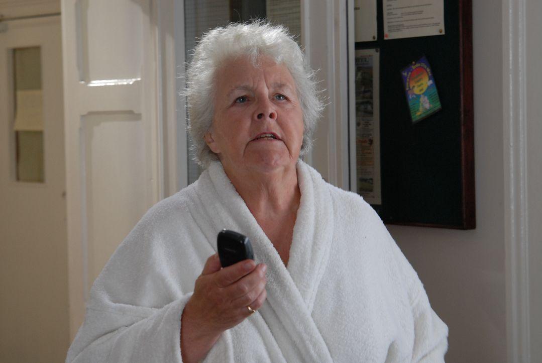 Hat einen bedeutend jüngeren Verehrer: Tante Joan (Stephanie Cole) ... - Bildquelle: BUFFALO PICTURES/ITV