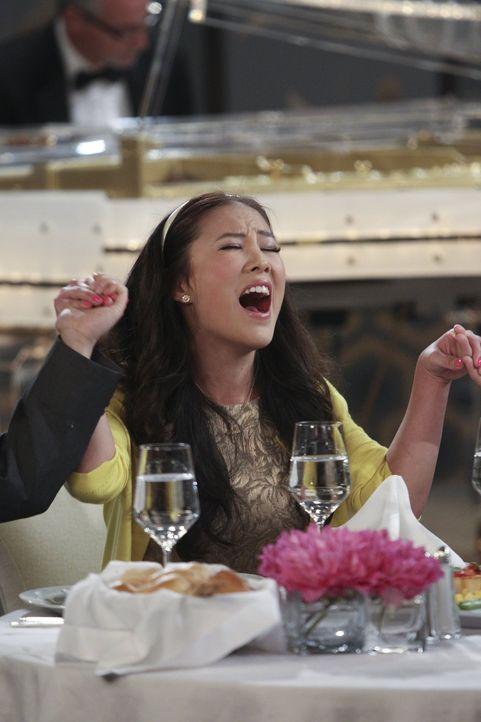 Stripperin June (Ally Maki) soll sich als Freundin und zukünftige Ehefrau von Lee ausgeben. Der ausgereifte Plan scheint jedoch nicht ganz aufzugehe... - Bildquelle: Warner Bros. Television