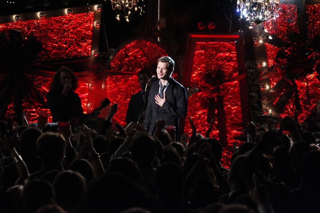 Klaus (Joseph Morgan) hält eine Rede auf der Homecoming-Party, die auf sein Geheiß in Tylers Haus verlegt wurde ... - Bildquelle: Warner Bros. Television