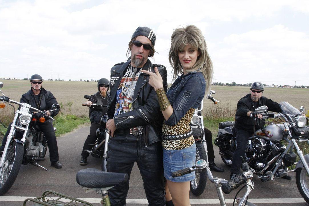 Ulla (Judith Richter, r.) muss Biker Jörg (Alexander Schubert, l.) etwas länger dazu überreden, eine Runde mit ihr zu drehen... - Bildquelle: Noreen Flynn Sat.1