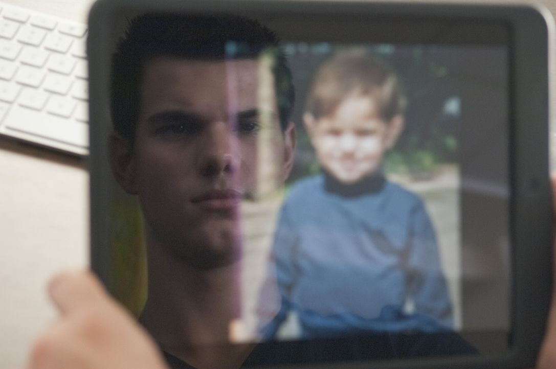 Der 17-jährige Schüler Nathan (Taylor Lautner) ist ein ganz normaler Teenager, bis er auf einer Webseite für vermisste Personen ein Kinderfoto vo... - Bildquelle: 2011, Vertigo Entertainment, Gotham Group, Tailor Made, Quick Six Entertainment, Lionsgate Films Inc.