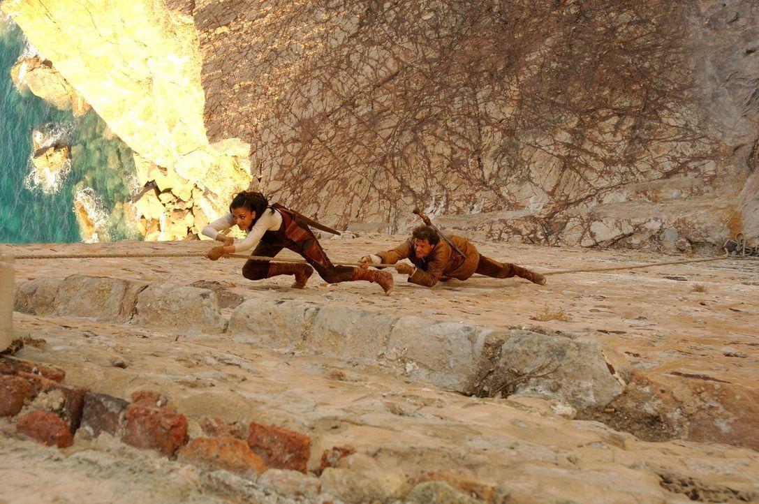 Müssen Kopf und Kragen riskieren, um ihre Verfolger abzuschütteln: der römische Legionär Aurelius (Colin Firth, r.) und die byzantinische Kriegerin... - Bildquelle: TOBIS Filmkunst GmbH & Co. Verleih KG