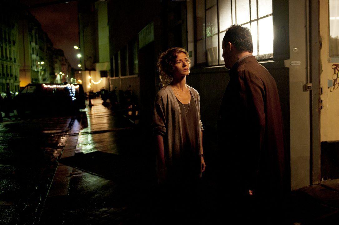 Kommissar Jo St-Clair (Jean Reno, r.) kommt seiner Kollegin Karyn (Jill Hennessy, l.) näher als gewohnt. Eines Abends begleitet sie ihn bis zu sein... - Bildquelle: Stéphanie Dupont Atlantique Productions