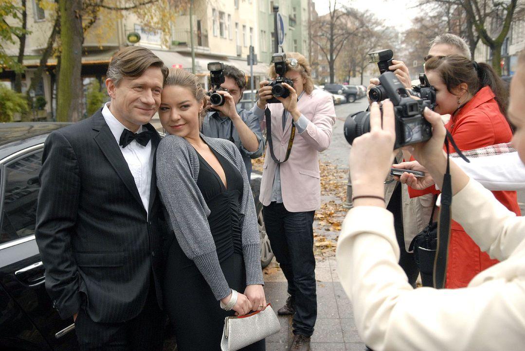 Ken Wood (Stephan Baumecker, l.) und Katja (Karolina Lodyga, M.) präsentieren sich der Presse. - Bildquelle: Christoph Assmann Sat.1