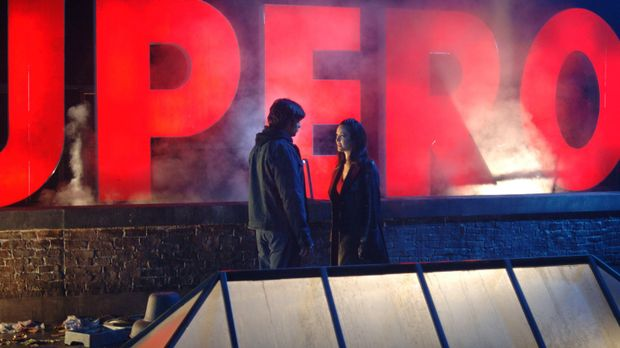 Die Daily-Planet-Reporterin Andrea (Denise Quiñones, r.) verbirgt wie Clark (...