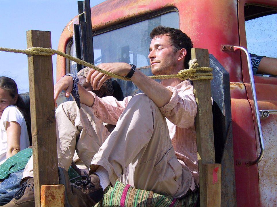 Nachdem Carter (Noah Wyle, r.) erfahren hat, dass Lukas tot ist, macht er sich sofort auf den Weg in den Kongo ... - Bildquelle: National Broadcasting Company (NBC)