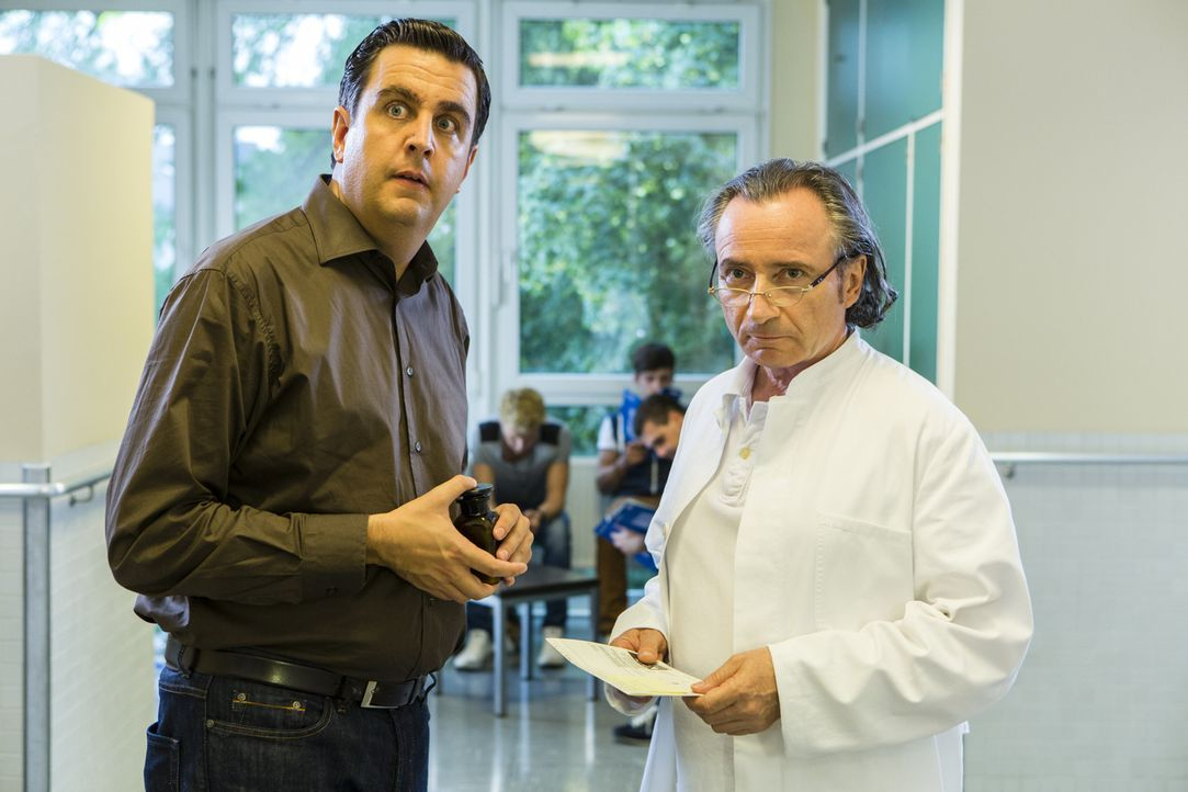 Wird Bastian (Bastian Pastewka, l.) es schaffen, Dr. Bartsch (Stefan Preiss, r.) davon zu überzeugen, dass er seinen Bruder Hagen auf keinen Fall op... - Bildquelle: Frank Dicks SAT.1