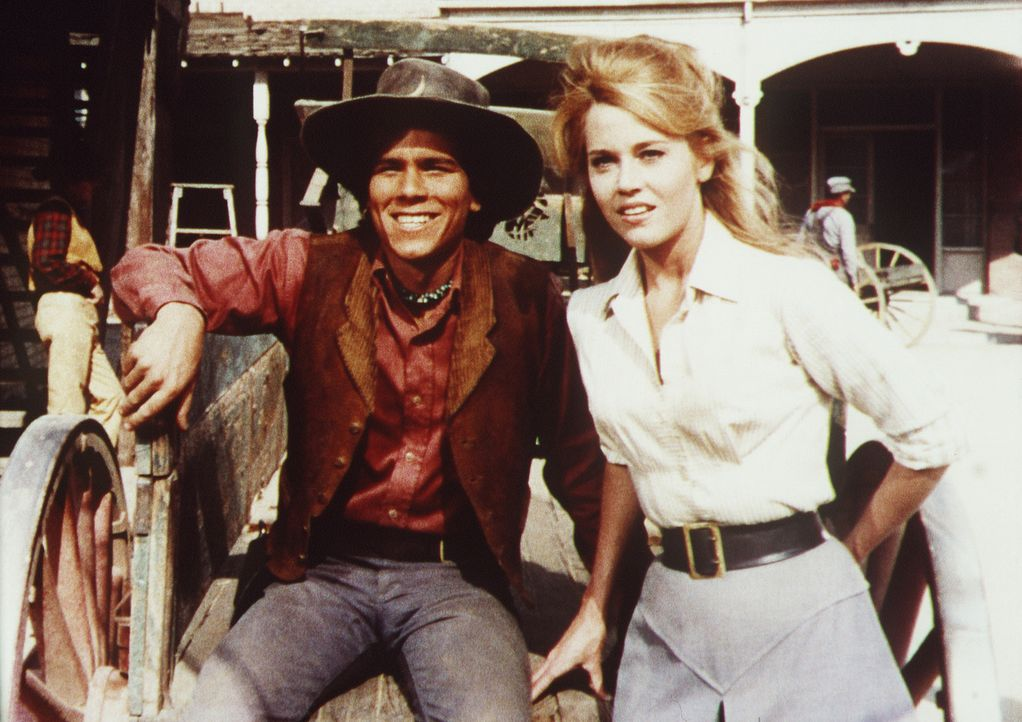Jackson Two Bears (Tom Nardini, l.) und Cat Ballou (Jane Fonda, r.) setzen alle Hebel in Bewegung, um dem skrupellosen Geschäftemacher Sir Harry Pe... - Bildquelle: Columbia Pictures