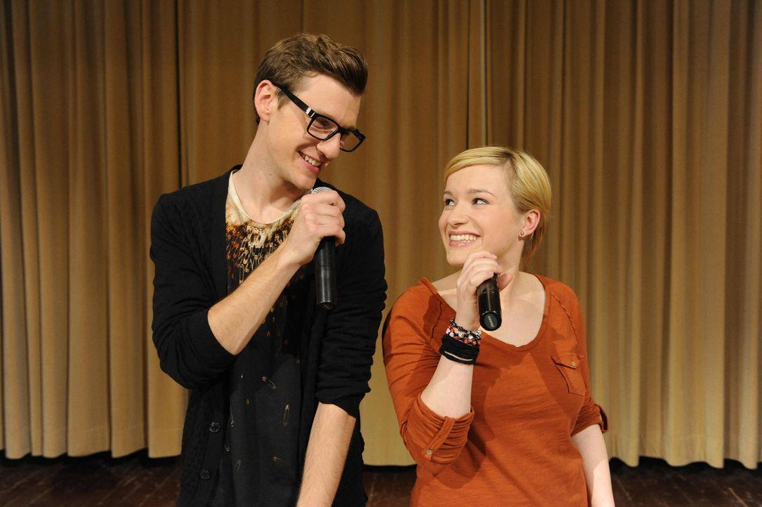 Hotte (Dennis Schigiol, l.) und Emma (Kasia Borek, r.) legen sich auf der Bühne voll ins Zeug. - Bildquelle: SAT.1