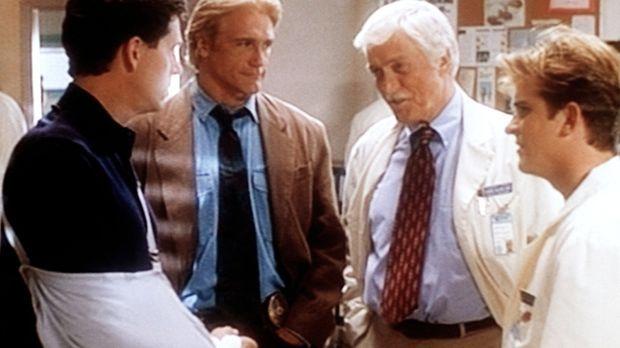 Der Mordverdächtige George (Jeff Allin, l.) wird vom Polizisten Steve (Barry...