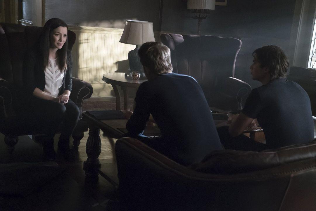Eigentlich wollten Stefan (Paul Wesley, M.) und Damon (Ian Somerhalder, r.) ihrer Mutter klarmachen, wie Julian wirklich ist, doch Lily (Annie Wersc... - Bildquelle: Warner Bros. Entertainment, Inc.