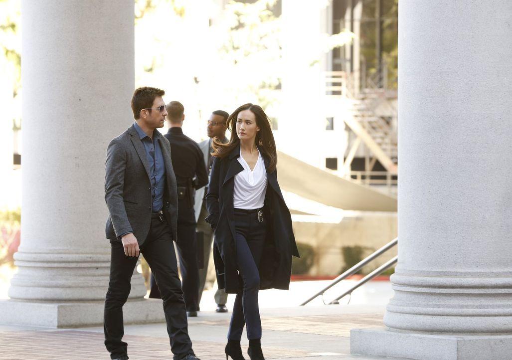 Als der Bürgermeister von einem Stalker heimgesucht wird, müssen Beth (Maggie Q, r.) und Jack (Dylan McDermott, l.)  herausfinden, ob vielleicht ein... - Bildquelle: Warner Bros. Entertainment, Inc.