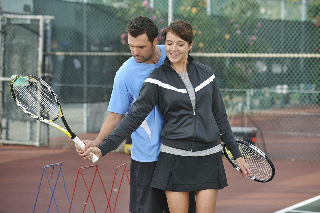 Wegen Alex (Kristian Capalik, l.) geraten Ellie (Christa Miller, r.) und Jules in einen Streit ... - Bildquelle: 2009 ABC INC.