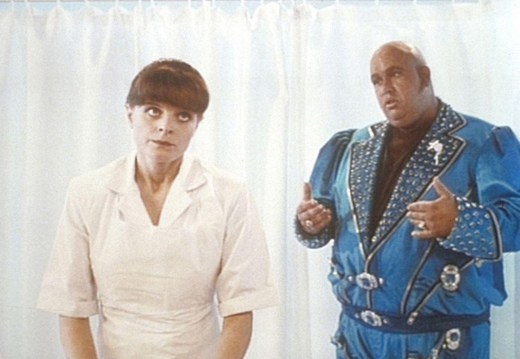 Die Verkleidungskünste des Detektivs Harry Crumb (John Candy, r.) scheinen die Krankenschwester nicht zu überzeugen ...